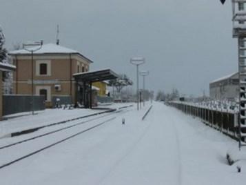 Stazione-Ferroviaria_montecosaro_scalo_riccardo_fraticelli_neve-300x225