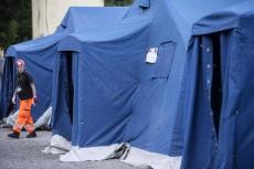 La Protezione civile allestisce ad Accumoli (Rieti) una tendopoli per accogliere gli sfollati del terremoto, 24 agosto 2016. ANSA/ANGELO CARCONI