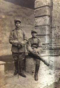La persona seduta è Mario Vallesi (nonno del lettore). Foto scattata durante la guerra '15/'18. Mario, nato il 24/12/1899, dopo la guerra, seguendo le orme del padre, farà lo stagnino.